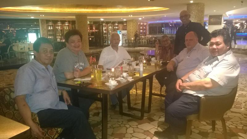 YD0DKV, YB0NSI, YB0CRT, YB0MF, YB0IBM (Daud standing), me, YC0DFX...meeting at Zhuma, Senayan City