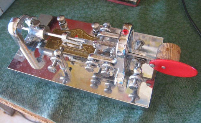 Vibroplex Original Deluxe, serial number dates it to 1919. In great condition, but that cork annoyed me!