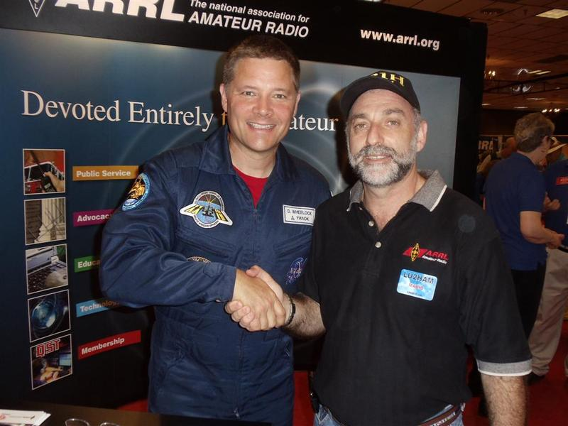 en esta foto con el astronauta de la ISS Douglas KF5BOC en Dayton 2011
