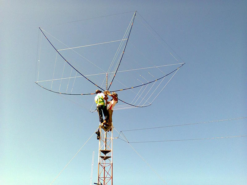 9M6RHM and 9M6ZAE putting the hex beam on the mast.tnx pak rahim and pak zai